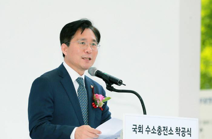 성윤모 산업부 장관이 30일 국회 수소충전소 착공식 및 협약식에 참석해 인사말을 하고 있다.