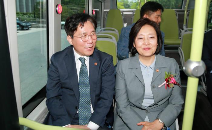 성윤모 산업부 장관(왼쪽)과 박영선 중기부 장관이 30일 국회 수소충전소 착공식 및 협약식에 참석했다.