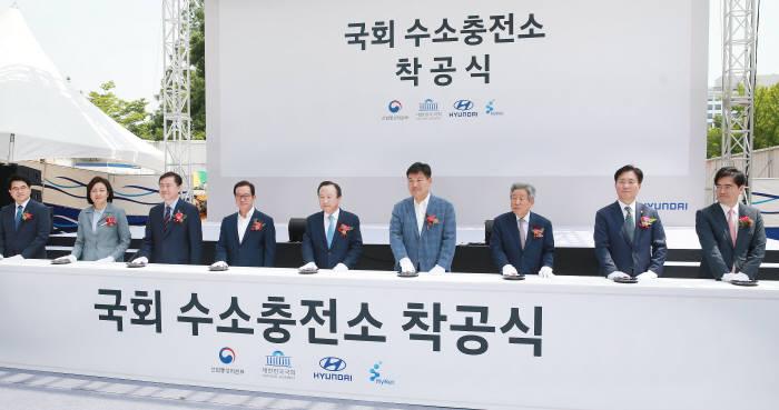 성윤모 산업부 장관(오른쪽에서 두번째)이 30일 국회 수소충전소 착공식 및 협약식에 참석했다.