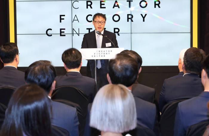 """구현모 KT 사장은 """"크리에이터 팩토리 센터에서 많은 사람이 크리에이터의 꿈을 이루고, 나아가 그들이 만든 소상공인?중소기업 지원 콘텐츠가 시장 활성화에 도움을 주길 기대한다""""고 말했다."""