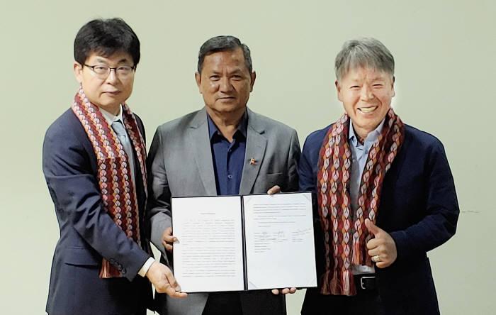 윤종진 KT 부사장, 프리씨비 숩바 구릉 간다키주 지사, 엄홍길 엄홍길휴먼재단 상임이사(왼쪽부터)가 네팔 포카라에서 안나푸르나 재난긴급대응센터 설립 협력을 위한 업무협약을 체결했다.