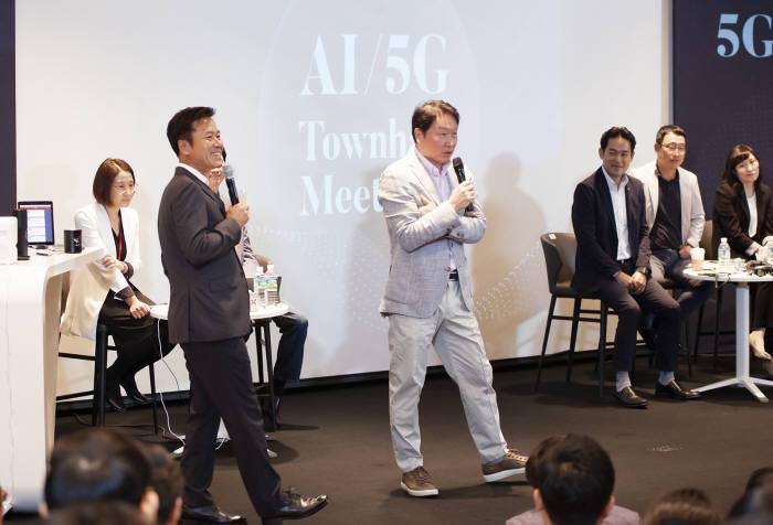 최태원 SK회장이 박정호 SK텔레콤 사장 및 임직원과 AI, 5세대(5G)이동통신 ICT 전략과 방향성을 논의했다. 최태원 회장이 타운홀미팅에 참여하고 있다.