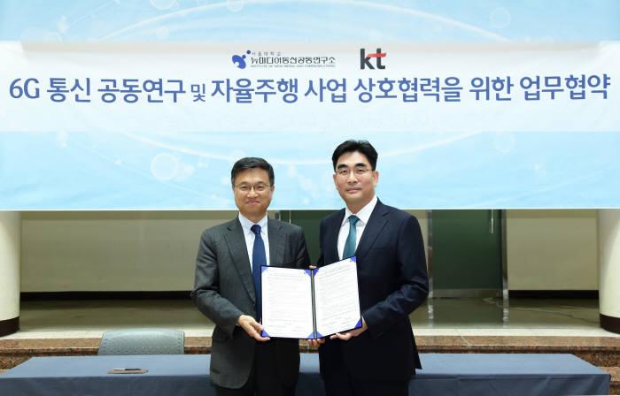 서승우 서울대 뉴미디어통신공동연구소장(왼쪽)과 이동면 KT 사장이 6G 통신 공동연구 및 자율주행 사업 협력을 위한 업무협약을 체결했다.