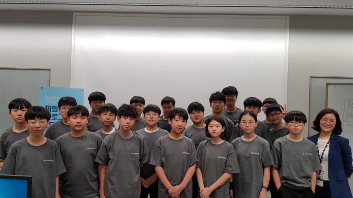 매스웍스코리아가 1일 서울 삼성동 본사 교육장에서 개최한 체험형 프로그래밍 STEM 교육에 참가한 학생과 교사(맨 오른쪽)가 수업 후 단체 기념 촬영했다.