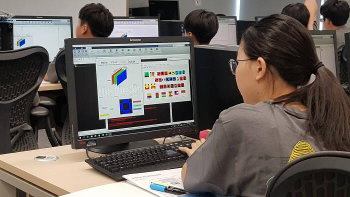 매스웍스코리아 체험형 프로그래밍 STEM 교육에 참가한 학생이 모니터에서 프로그램을 실행하고 있다.