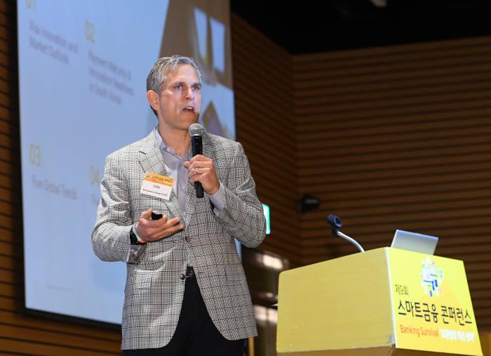 벤자민 샤프(Benjamin Sharp) 비자 글로벌 이노베이션&디자인 부사장이 차세대 미래 결제와 핀테크 부문 사업 전략을 주제로 기조연설을 하고 있다. 이동근기자 foto@etnews.com