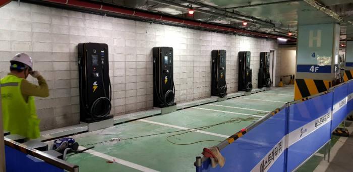에스트래픽이 이마트 광주 봉선점에 초급속충전기를 구축하고 있다.