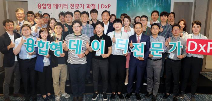 김정태 하나금융그룹 회장(두번째줄 오른쪽 다섯번째), 지성규 KEB하나은행장(앞 줄 오른쪽 네번째), 김정한 하나금융그룹 CDO(두번째줄 왼쪽 첫번째)가 입과자들과 함께 기념촬영했다.