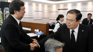 김홍업 전 의원 위로하는 문희상 의장