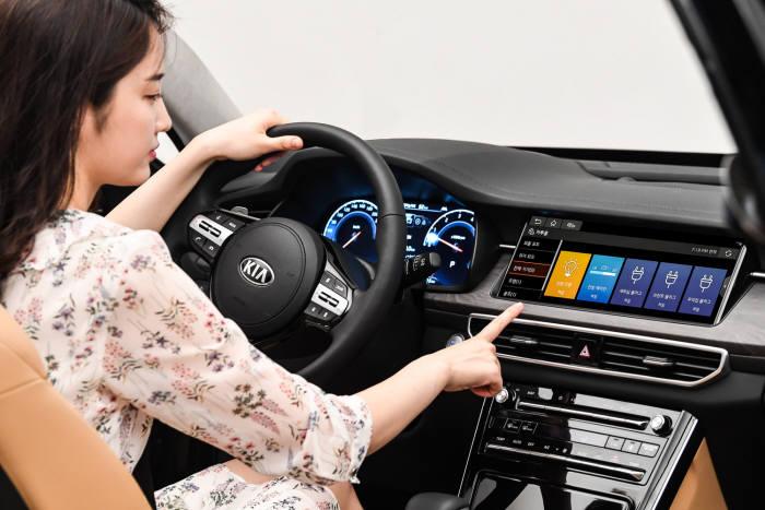 기아자동차 준대형 세단 K7 프리미어(PREMIER)에 처음으로 탑재된 한 단계 진보한 인포테인먼트 기술인 카투홈(Car to Home) 홈투카(Home to Car) 서비스를 지원하는 12.3인치 AVN 터치스크린. (제공=기아자동차)