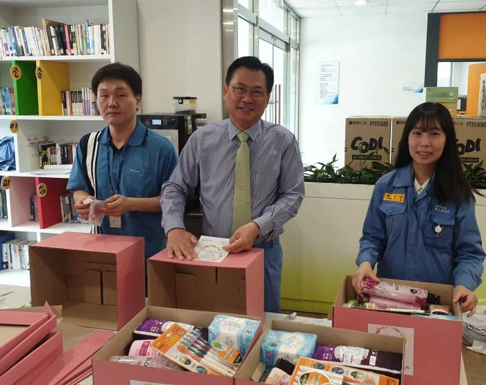 손건재 포스코ICT 사장(가운데)이 광양사무소에서 임직원과 함께 지역 청소년들에게 전달할 핑크박스를 포장하고 있다.