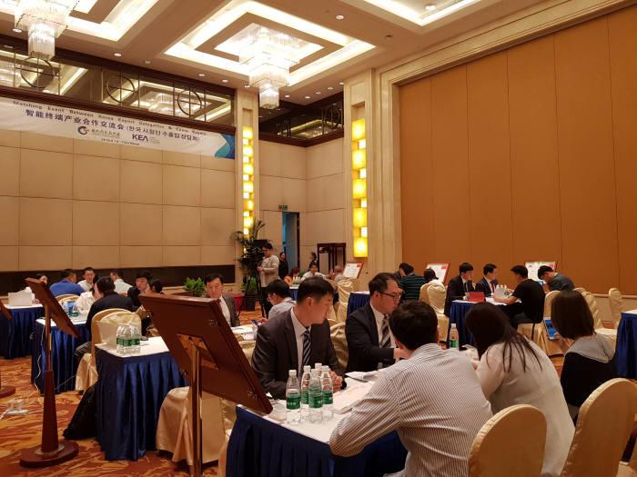 중국 수출&투자사절단이 12일 열린 수출상담회에서 중국 바이어들과 상담하고 있다.