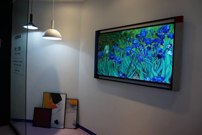 예술 작품을 TV로 감상하는 콘카 디자인 TV 사진=전자신문