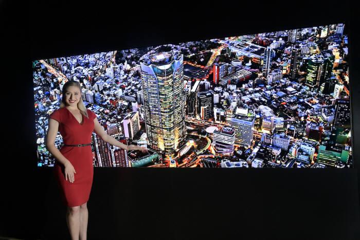 LG전자 모델이 인포콤 2019에서 마이크로 LED 사이니지를 소개하고 있다.