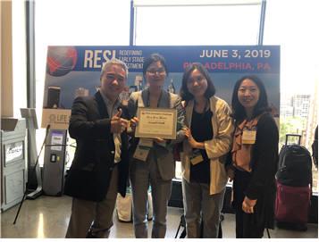 (현지시간) 3일 초기 바이오 분야 투자 콘퍼런스인 레지(RESI)에서 1등을 차지한 사운더블헬스 관계자와 이승규 한국바이오협회 부회장(왼쪽)이 기념 촬영했다. (자료: 한국바이오협회)