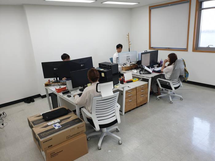 건기연 스마트 건설 지원센터에 입주한 스타트업 직원들이 업무를 보고 있다.
