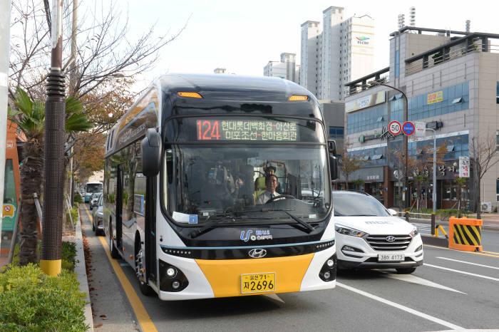 지난해 10월 시범 운행을 시작한 울산 수소버스.