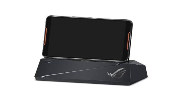 이듬해 등장한 에이수스의 ROG 데스크톱 독은 이 회사의 게이밍 스마트폰인 ROG폰을 꽂아 사용하는 전용 액세서리다. 이 제품은 덱스처럼 PC 주변기기들을 연결해 모바일 게임을 PC환경에서처럼 플레이하도록 지원했다 [사진=에이수스]