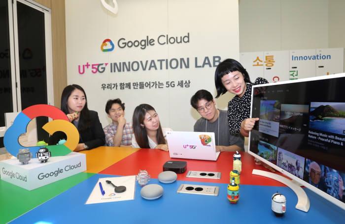 최근 오픈한 5G 이노베이션 랩 구글 룸에서 LG유플러스 직원들과 스타트업 직원들이 서비스를 테스트하고 있다 [사진=LG유플러스]