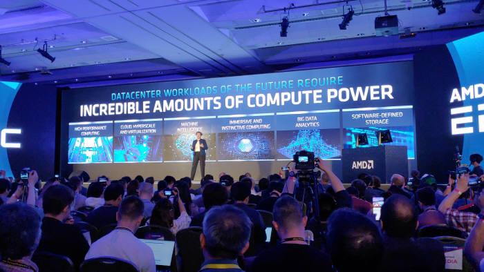 리사 수 AMD 대표가 컴퓨텍스 2019 기조연설에서 자사 데이터센터 칩셋 EPYC를 소개하고 있다.