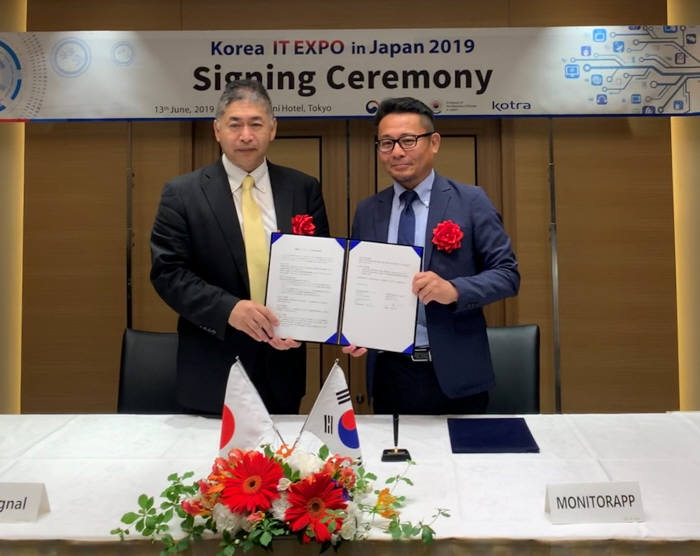이광후 모니터랩 대표(오른쪽)와 다케사코 이치로 앳시그널 대표가 일본 클라우드 보안 서비스 시장에서 동반 성장하기 위한 협약을 체결했다.