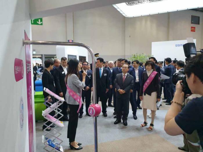 부산시와 앤시정보기술이 부산국제철도기술산업전에 마련한 핑크라이트 체험 부스 전경.