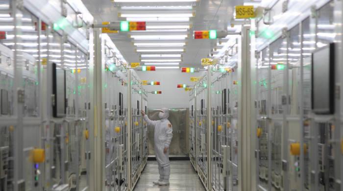 삼성전기 부산사업장 내 전장용 MLCC 생산라인 클린룸에서 작업자가 일하고 있다. (사진=삼성전기)