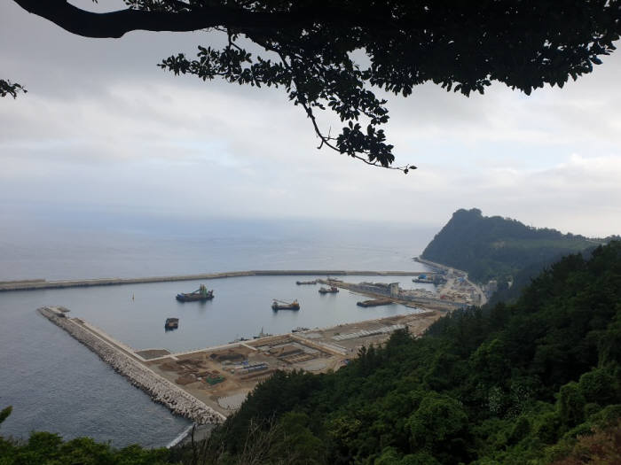 울릉공항이 들어설 곳. 사동항 건너 방파제부터 바다쪽으로 매립을 해 활주로를 건설한다.오른쪽 봉우리가 가두봉.