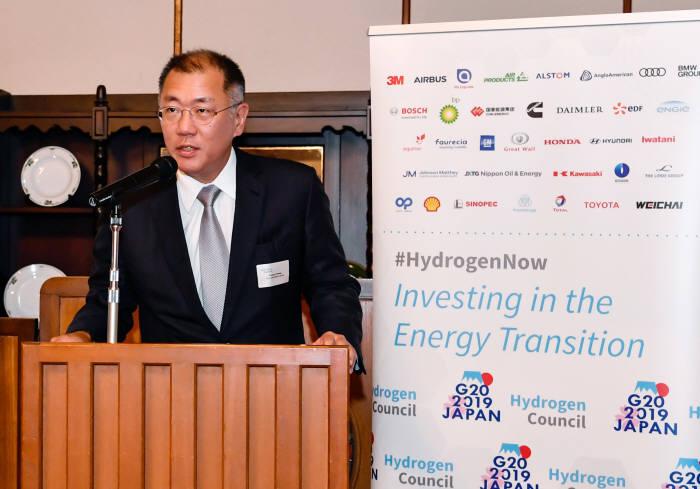 정의선 수석부회장이 15, 일본 나가노현 가루이자와에서 열린 G20 에너지환경장관회의와 연계해 14일 수소위원회가 개최한 만찬에서 공동회장 자격으로 환영사를 하는 모습.