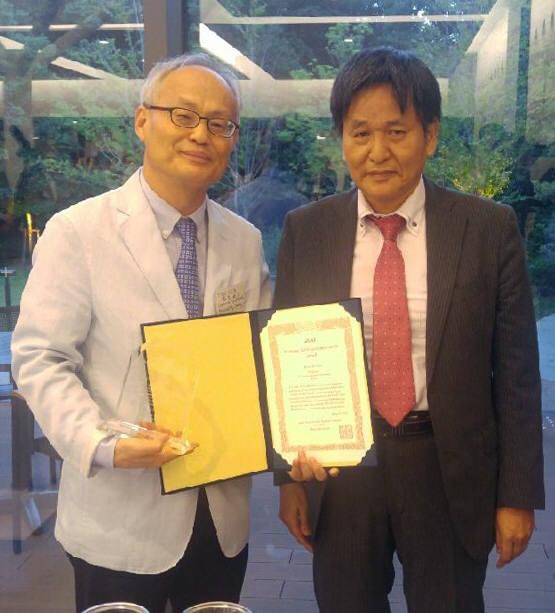 김일태 전남대 교수(왼쪽)가 일본응용경제학회 학술공로상을 수상하고 있다.