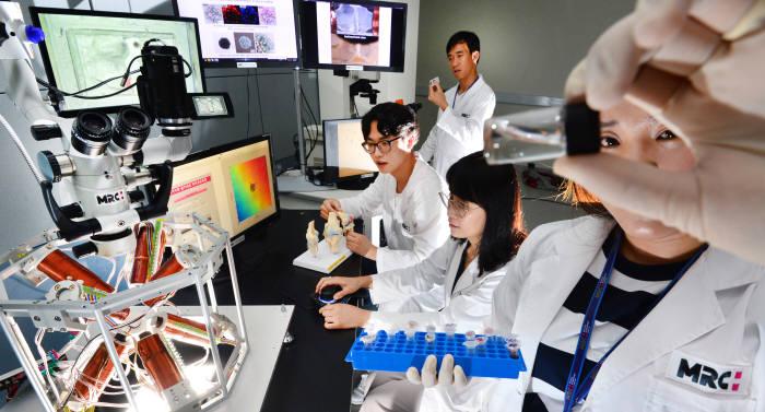 한국마이크로의료로봇연구원 연구원들의 연구개발 모습.