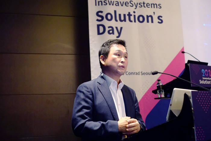 18일 서울 여의도 콘래드호텔에서 열린 인스웨이브시스템즈 솔루션스데이에서 어세룡 인스웨이브시스템즈 대표가 기조발표를 하고 있다. 인스웨이브 제공