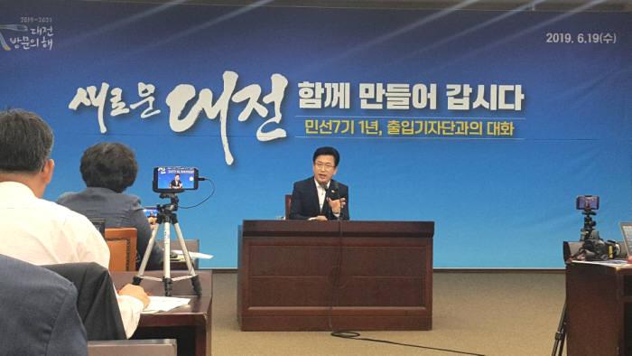19일 허태정 대전시장이 시청 대회의실에서 열린 민선7기 1년 시정성과와 과제 기자브리핑을 통해 미래 경제정책 방향에 대해 설명하고 있다.
