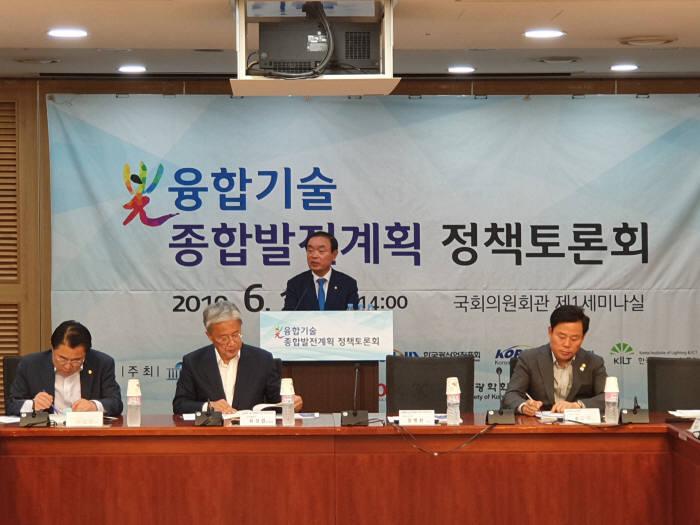 장병완 민주평화당 의원실 주최로 19일 국회의원회관 제1세미나실에서 광융합기술 종합발전계획 정책토론회가 열렸다.
