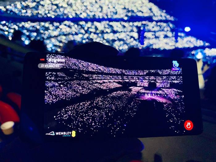 BTS 웸블리 공연을 모바일로 보는 모습. 사진=네이버