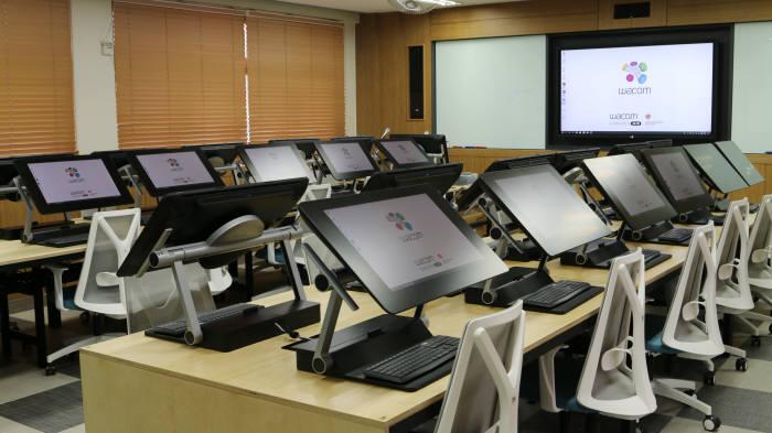 광신정보산업고등학교는 최신 교육시스템을 갖춰다. 학교 내 웹툰창작실.