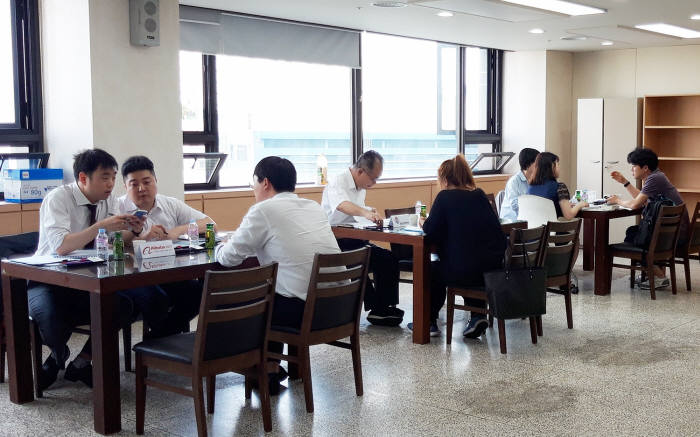 한국산업기술시험원(KTL)이 지난 20일 서울 구로구 서울 분원에서 개최한 서울특화형 중소기업 중소기업 수출촉진을 위한 온라인 플랫폼 활용 해외진출 설명회에서 참여기업 대상 일대일 수출컨설팅이 열리고 있다.