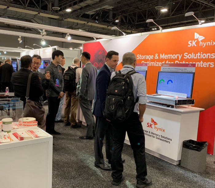 지난 18일부터 미국 라스베이거스에서 열린 HPE 디스커버 2019전시회에서 관람객들이 SK하이닉스의 기업용 SSD를 살펴보고 있다. <사진=SK하이닉스>