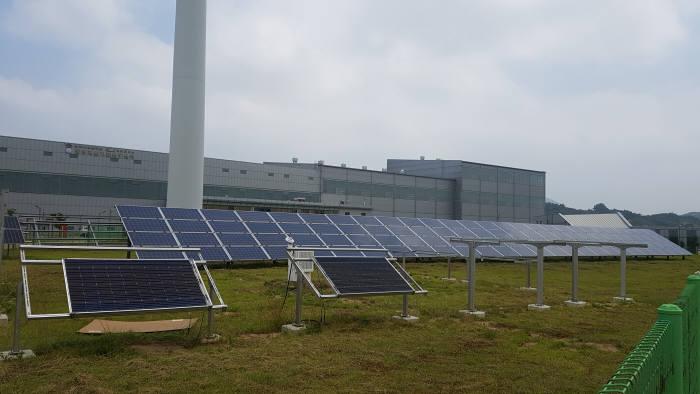 21일 전북 부안군 한국산업기술시험원(KTL) 태양광 실증 평가 연구동에서 실증되고 있는 태양광 설비. 전북 부안군 태양광 실증평가 연구동은 향후 전북 군산시에 건립될 수상형 태양광 종합평가센터와 연계해 역할이 조정될 예정이다.