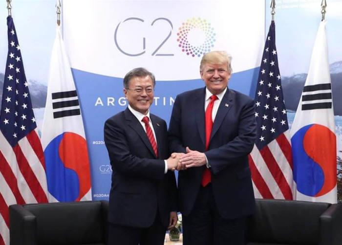 지난해 G20(주요 20개국) 정상회의 참석차 아르헨티나를 방문 중인 문재인 대통령과 트럼프 미국 대통령이 30일(현지시각) 오후 회담을 가지기전 기념촬영을 하고 있다. <사진:청와대 페이스북>