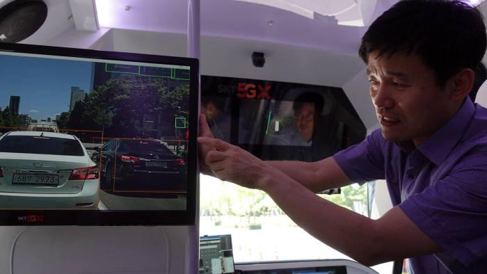 SK텔레콤 관계자가 5G자율주행차에 탑재된 전방화면전송(See Through) 기능을 시연했다.