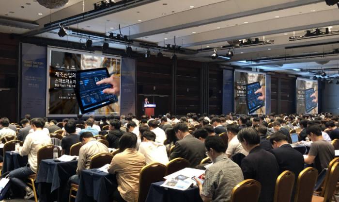 김홍근 비젠트로 대표가 최근 열린 서울 국제 스마트팩토리 컨퍼런스&엑스포에서 비젠트로 디지털라이제이션 플랫폼을 소개하고 있다.