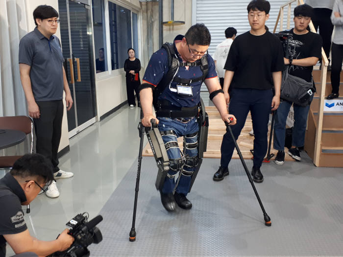 지난 2016년 사이배슬론 대회에 출전해 3위 입상한 김병욱 선수가 워크온슈트를 시연하는 모습