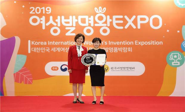 올해의 여성발명왕 발명가 하나연 씨(사진 오른쪽)가 이인실 한국여성발명협회장과 기념촬영을 하고 있다.
