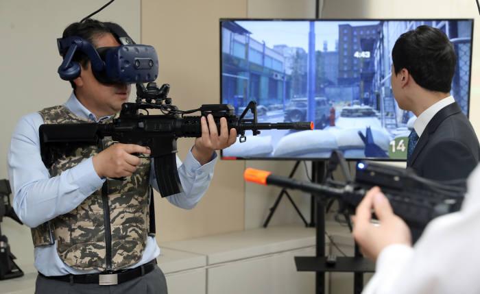 박양우 문화체육부장관이 지난 5월 엔씨소프트에서 가상현실(VR)게임을 즐기고 있다. (사진=문화체육관광부)