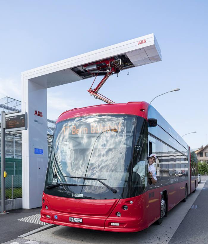 스위스 쾨니츠(Koniz) 17번 버스 종착역에서 ABB 급속 충전 시설 오프차지(OppCharge)를 통해 전기 버스를 충전하는 모습. (제공=ABB)