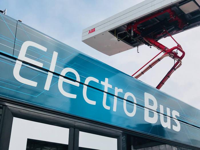 ABB 오프차지(OppCharge) 급속 충전기에 장착된 로봇팔이 자동으로 버스에 도킹돼 충전하는 모습. 류종은 기자 rje312@etnews.com