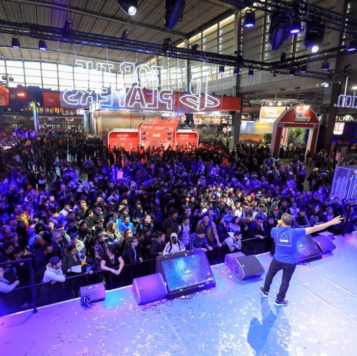 파리게임주간( PGW)에서 게임을 즐기는 사람들 사진: SELL