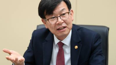 """김상조 정책실장, """"소득주도성장, 답변하기 적절치 않다"""""""