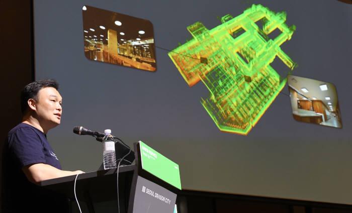 네이버랩스가 로봇과 자율주행 위한 기술 고도화 성과를 공개했다. 25일 서울 용산구 서울드래곤시티에서 석상옥 대표가 클라우드 로보틱스와 인도어/ 사이드웍라는 주제로 발표하고 있다. 김동욱기자 gphoto@etnews.co